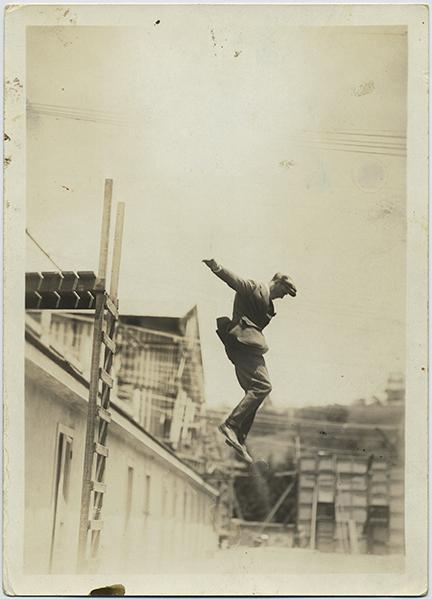 fp6281(JumpingMan_Roof_Ladder)