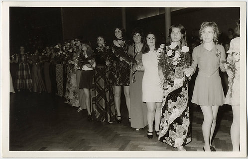 VERY 70S DRESS PROM PARADE GIRLS CARRYING BOUQUETS FLOWERS