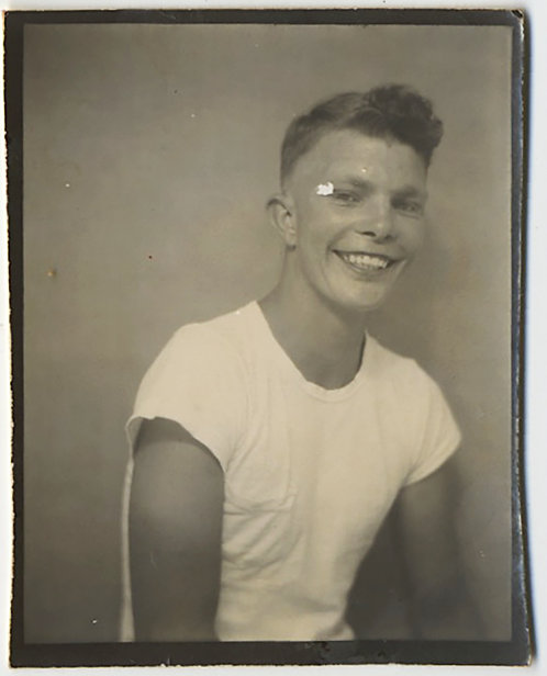 PHOTOBOOTH HUNKY HANDSOME SH*T-EATING GRIN T-SHIRTED YOUNG MAN w EYE PLASTER