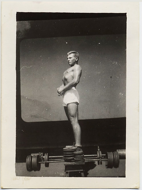 HANDSOME YOUNG MILITARY SOLDIER POSES FLEXING MUSCLES WEIGHTLIFTER BODYBUILDER