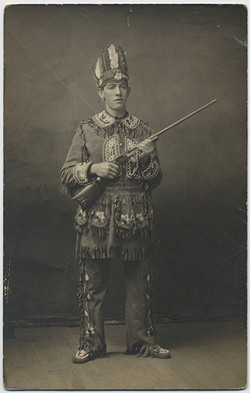 fp5445(RPPC_WhiteMan_NativeAmericanDress_Rifle)