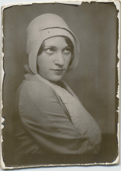 fp5297(Woman_Bonnet_UpwardGaze)