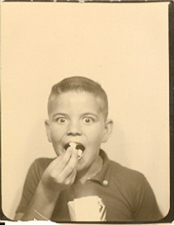 fp0709 (boy eating popcorn)