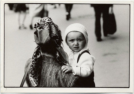 HORST SCHMECK BACK of SOVIET MOTHER & CUTE PUZZLED CHILD at KAZAN STATION MOSCOW