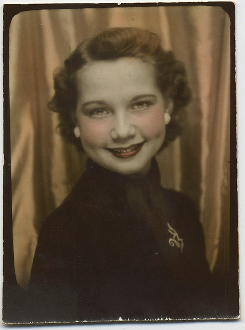 LOVELY DELICATE HAND TINTED COLORED PHOTOBOOTH PRETTY SMILING WOMAN