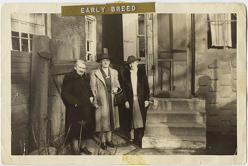 BACKYARD THREESOME OLDER WOMEN in COATS HATS & UNUSUAL DYMO CAPTION EARLY BREED