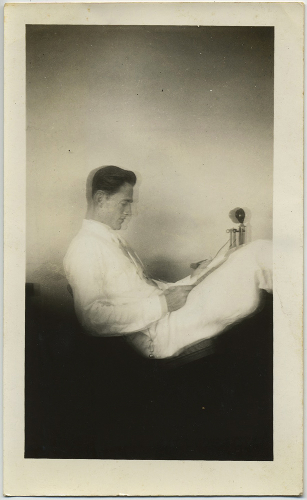 fp8186(Man-Phone-Reading)