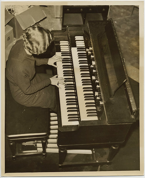PRESS PHOTO HAMMOND ELECTRIC ORGAN MAKES its DEBUT BLONDE WOMEN w CURLS PLAYS