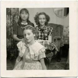 fp1260 (Three Girls on Halloween)