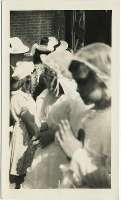 fp8763(Girls-Communion-Praying)