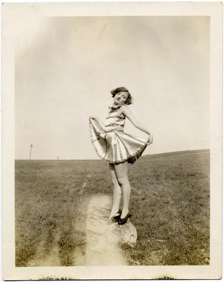 fp1015 (girl posing in field)