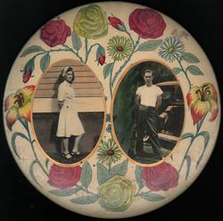 fp4175(CelluloidButton_TwoPhotos_Man&Woman_Flowers)