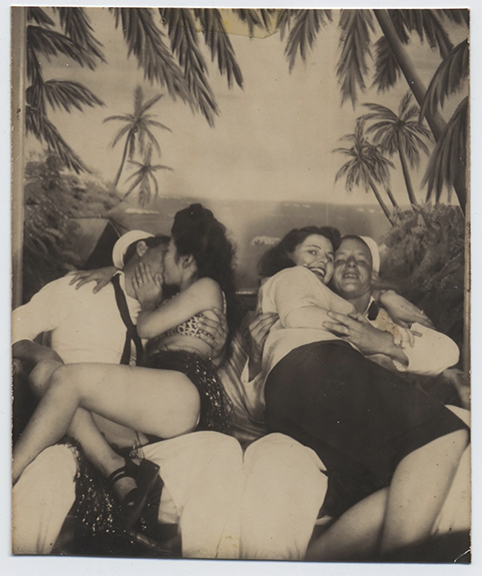 fp3474(Sailors_Women_Embracing)