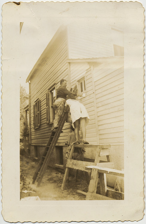 PAINTING th HOUSE HOLDING th LADDER WOMAN SHOWS NOBLE BUTT on SCAFFOLD