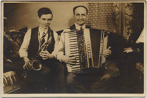 PLAYING TOGETHER FATHER SON MUSICIANS w ACCORDION SAXOPHONE RUSSIAN?