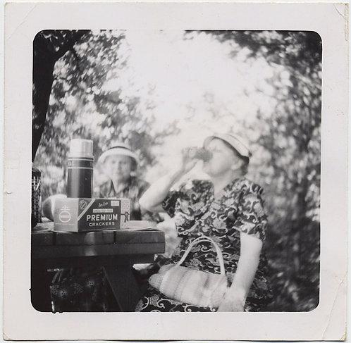 SELECTIVE FOCUS! WOMEN DRINKING PICNIC AMAZING NABISCO PREMIUM CRACKERS BOX