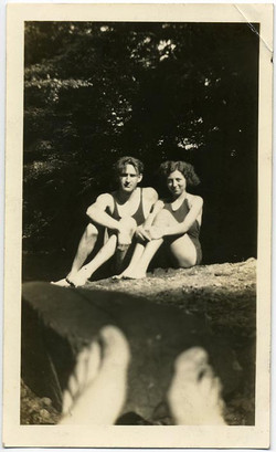 fp1561 (bathing couple and feet)