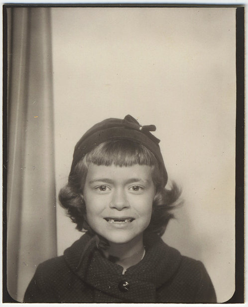 FABULOUS ICONIC PHOTOBOOTH CUTE LITTLE GIRL KID MISSING NO FRONT TEETH ADORABLE