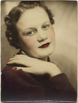 fp8445(PB-Woman-Red-Nails)