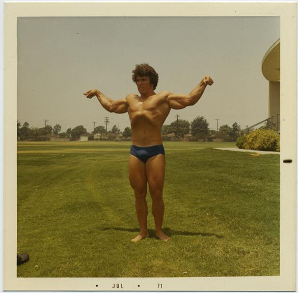 fp6362(BodyBuilderFlexing_Muscular_Grass)