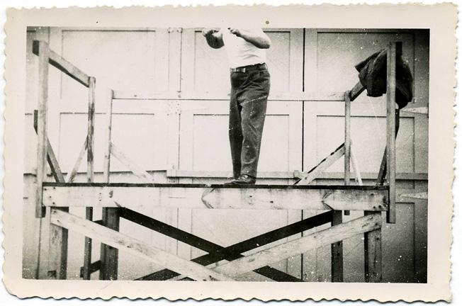 fp0965 (headless man on scaffold)
