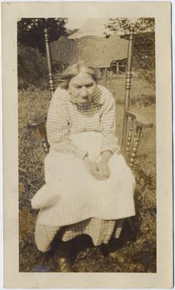 fp5407(OldWoman_Hunchback_Chair)