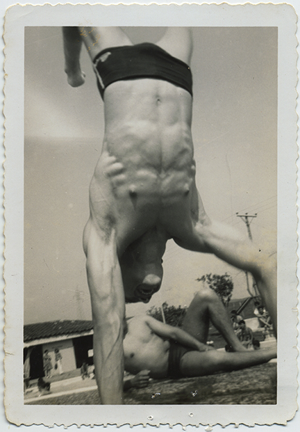 fp5982(Man_Swimsuit_Beach_Handstand)