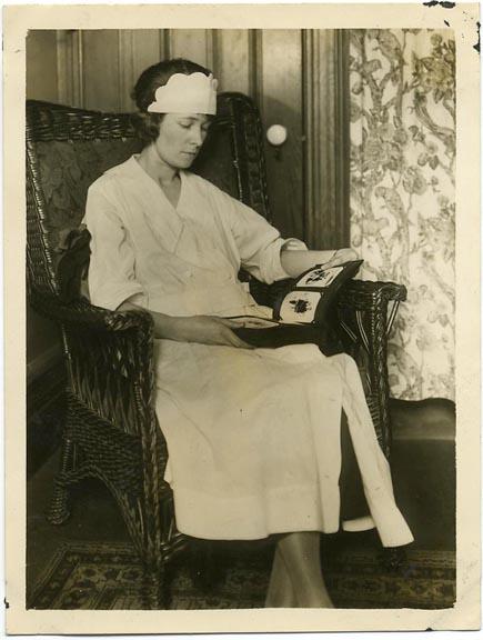 fp1451 (nurse with photo album)