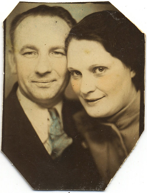 BEAUTIFUL HAND TINTED PHOTOBOOTH AFFECTIONATE MATURE COUPLE