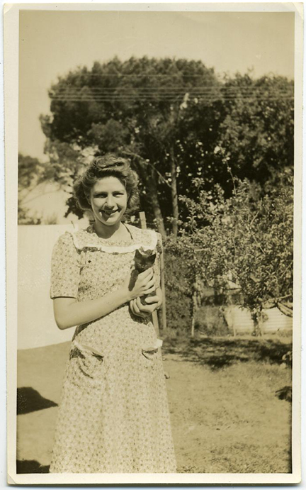 fp1419 (woman with kitten)
