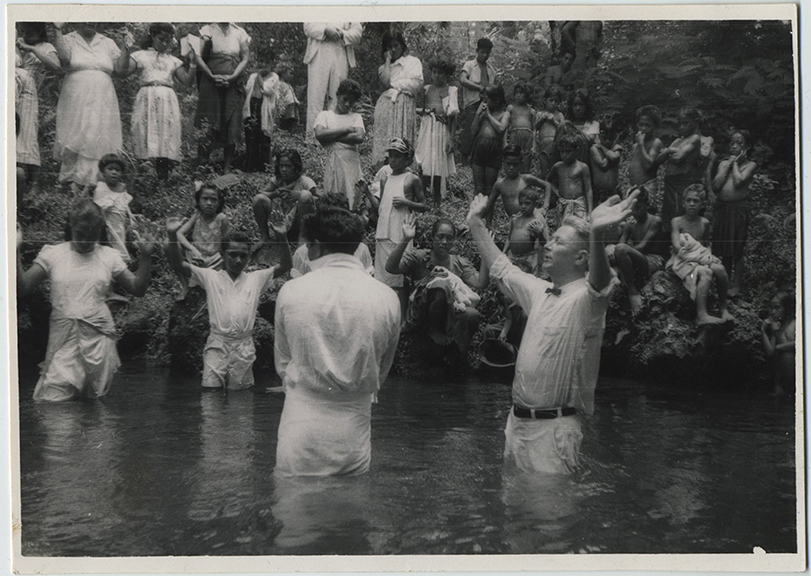 fp6131(WesternSamoaNatives_ChristianMissionary_WaterRitual_Prayer)