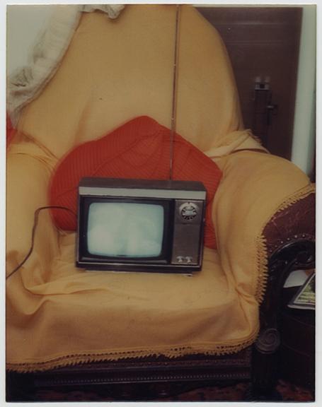 fp4009(PortableTV_BlurredImageOnScreen)