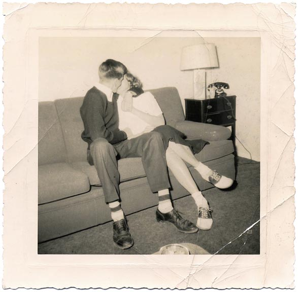 fp1363 (teenagers kiss on couch)