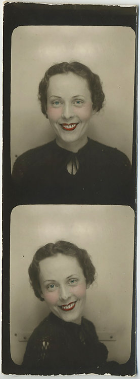 GLORIOUS PHOTOBOOTH VERY PRETTY ELEGANT WOMAN w TINTED RED LIPS SMILING 1930s