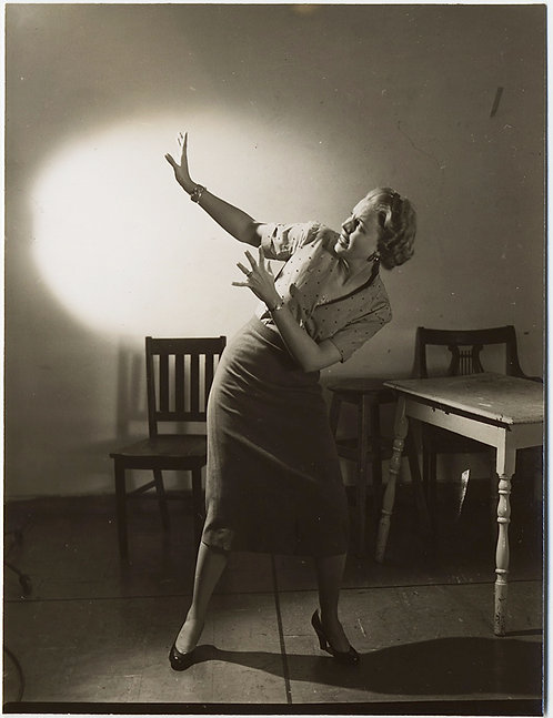 ATTRACTIVE 40s WOMAN REACTS in POSE of FEAR & TERROR HORROR MOVIE-esque STUDIO