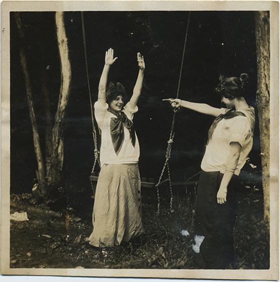 fp2864(YoungWomen_Gun_HandsUp)