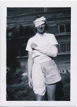 fp3351(YoungWoman_BandagedHead_Arm)