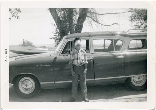fp1672 (blind-boy-at-car)