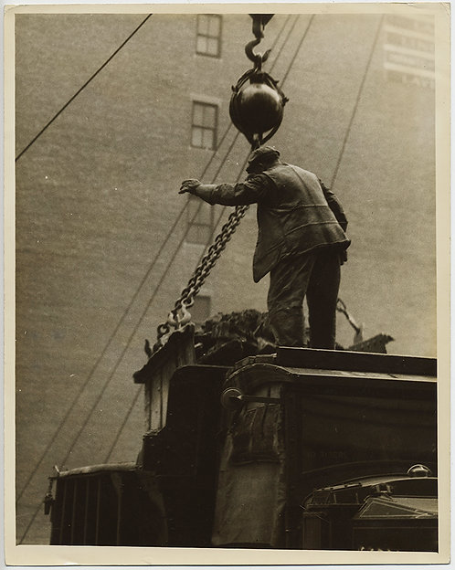 PRESS PHOTO STUNNING INDUSTRIAL LABORER GUIDES HEAVY DUTY CRANE HOISTING OBJECT
