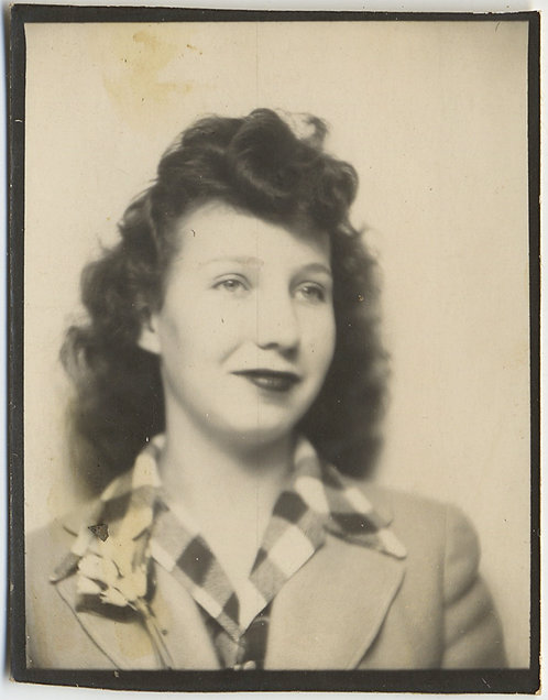 PHOTOBOOTH PRETTY WOMAN in LARGE CHECK SHIRT CORSAGE GREAT HAIR