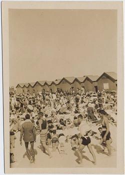 fp6849(BeachHouses_Crowd)
