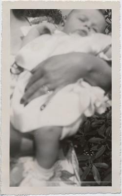 fp6626(HoldingSleepingBaby_Hand)