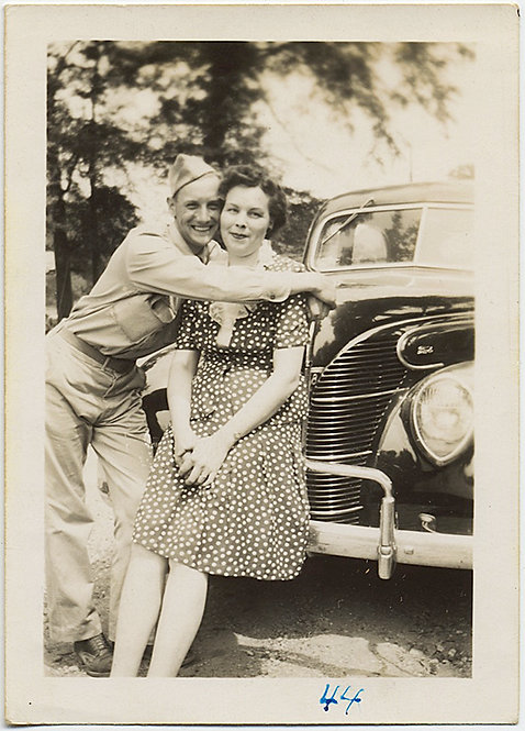 AMOROUS JACKIE & BILL LOVERS with VINTAGE CAR w GREAT GRILLE 1944