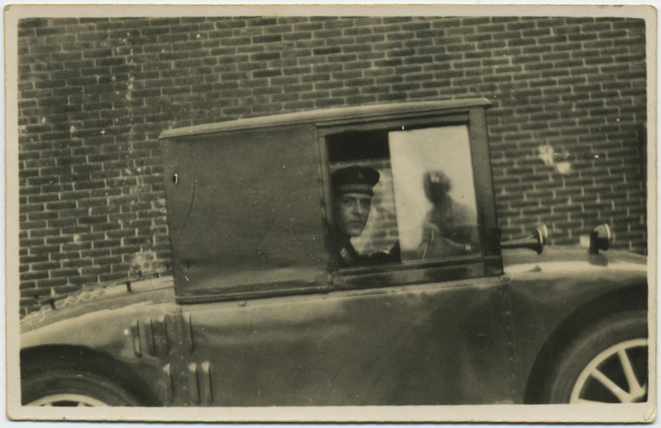fp7423(Man-Car-Reflection)