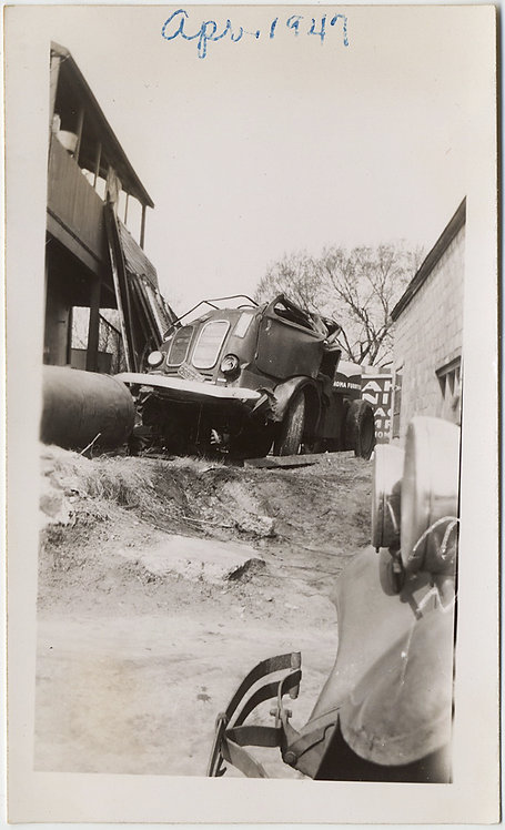 INTERESTING IMAGE RUINED TRUCK ACCIDENT? INDUSTRIAL VINTAGE CAR FENDER HEADLIGHT