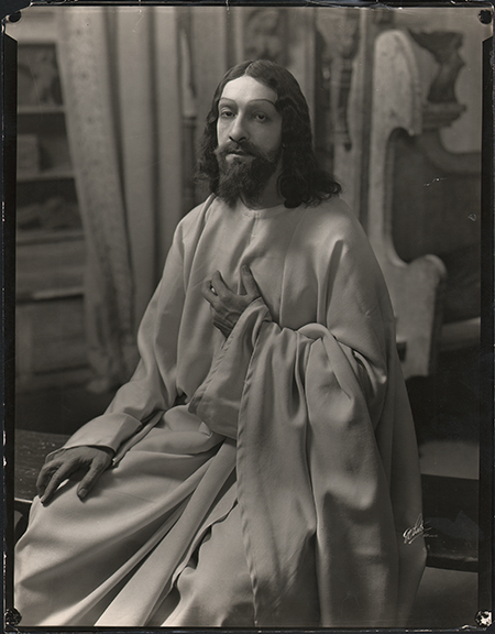 fp4207(White_Theatrical_Jesus_HandOnHeart)