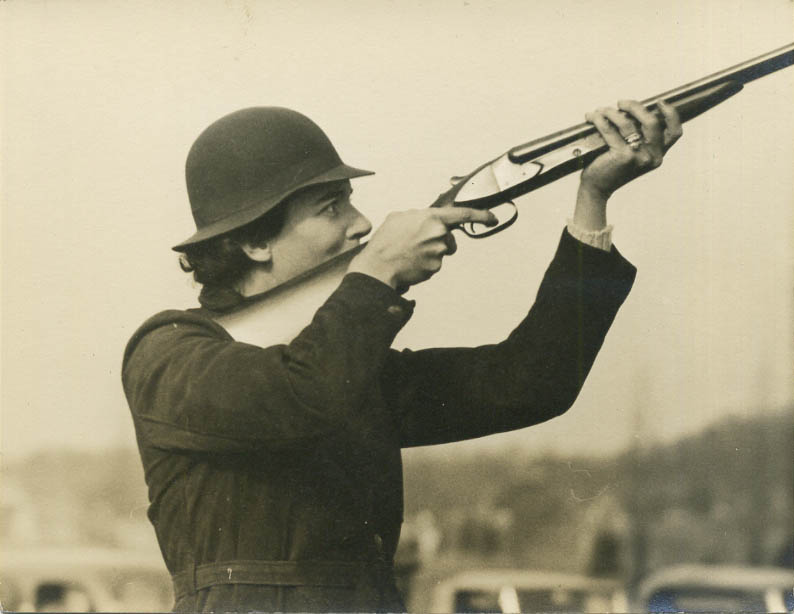 fp0667 (woman aims rifle)