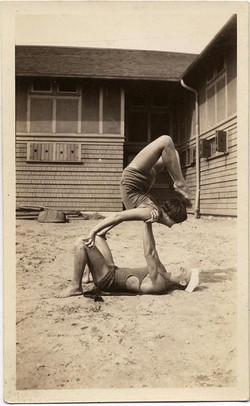 fp1922 (Beach-Acrobats)