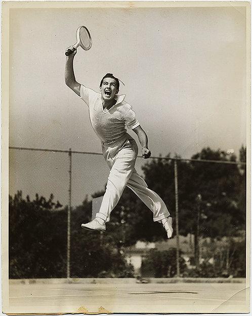 INCREDIBLE MID-AIR JUMP SUSPENSION JOYOUS, SMILING TENNIS PLAYER! PRESS PHOTO!