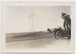 fp4034(ThreeMen_StuntRidingMotorcycle)
